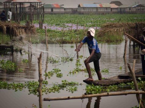 Pescador en el Lago Nokoue