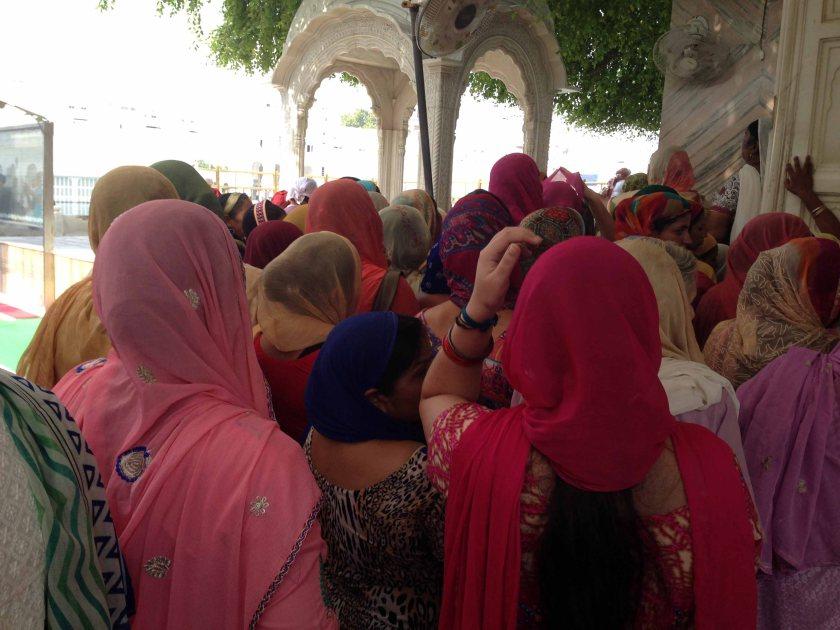 Mujeres sij en el templo dorado de Amritsar