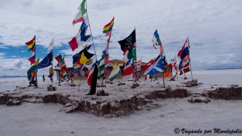 Isla-de-Las-Banderas-Uyuni